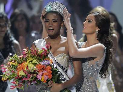 Miss Angola recebe a coroa das mãos da Miss México, Miss Universo 2010. Foto: AP