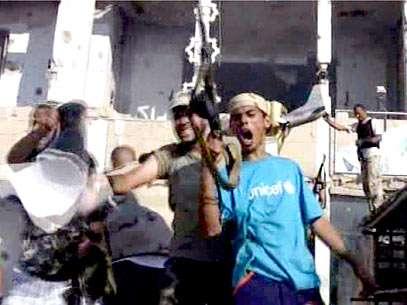 Rebeldes invadem complexo de Kadafi