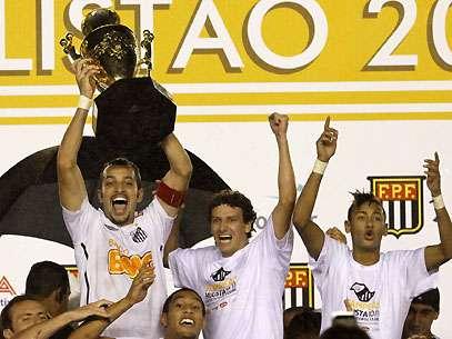 O capitão santista Edu Dracena levanta a taça do 19º título do Campeonato Paulista. Foto: Léo Pinheiro/Terra