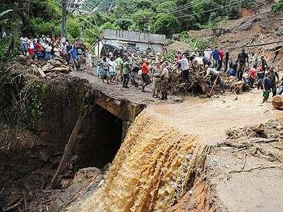 Pessoas tentam resgatar vítimas em Teresópolis. Foto: AFP