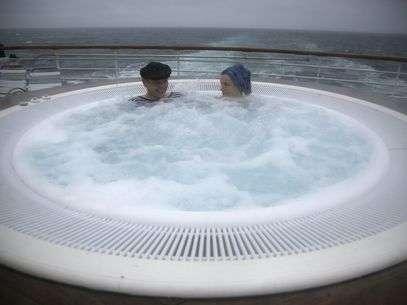 Os noruegueses Tormod Gaasbakk (esq.) e Anne Isabel Udbye aproveitam banheira de hidromassagem. Foto: Reuters
