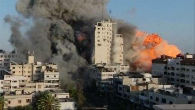 O momento em que prédio em Gaza é bombardeado durante transmissão ao vivo da BBC