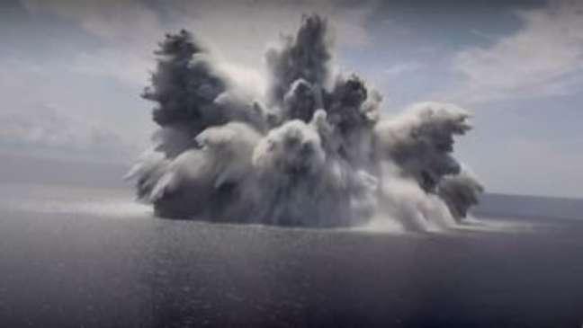 Marinha dos EUA provoca megaexplosão no mar para testar porta-aviões