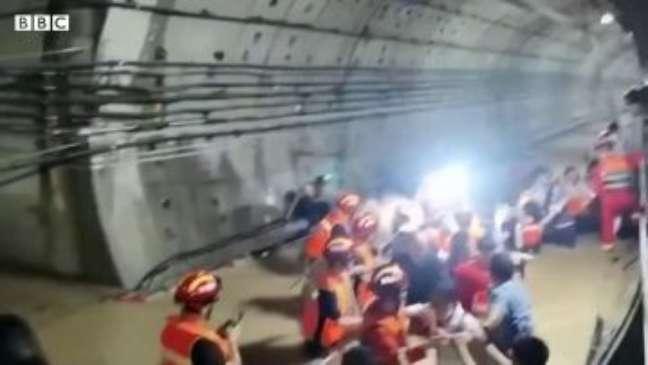 Temporais causam inundação em metrô na China