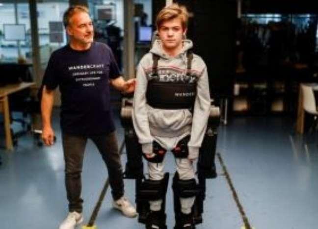 Pai cientista constrói exoesqueleto para filho com paralisia andar