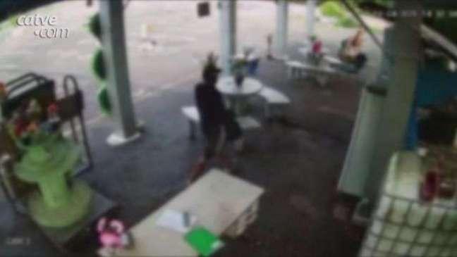 Antes de morrer em confronto, homem aparece furtando geladeira de cemitério