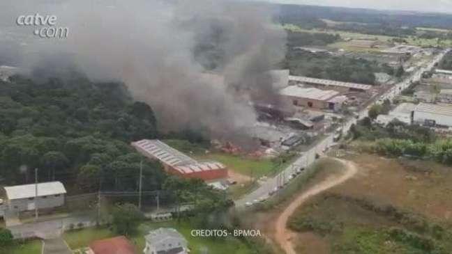 Empresa de plástico perde tudo em grande incêndio em Fazenda Rio Grande