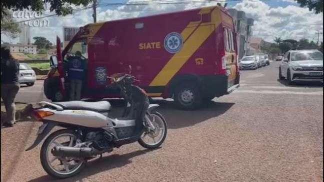 Mulher fica ferida em acidente entre carro e moto em Cascavel