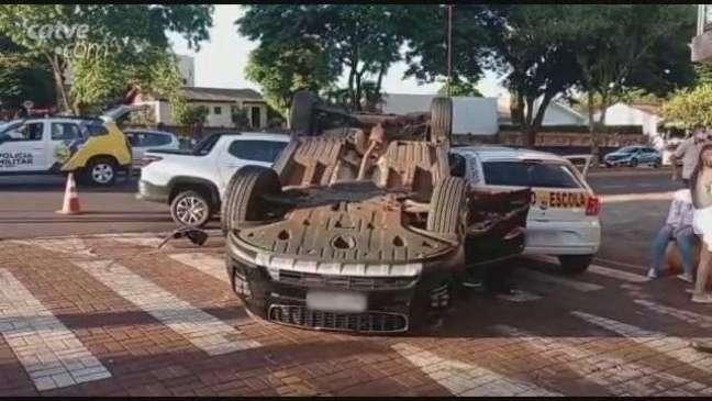 Carro capota após batida no Jardim Gisela em Toledo