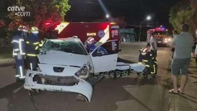Batida entre carros no Bairro Alto Alegre deixa dois jovens feridos