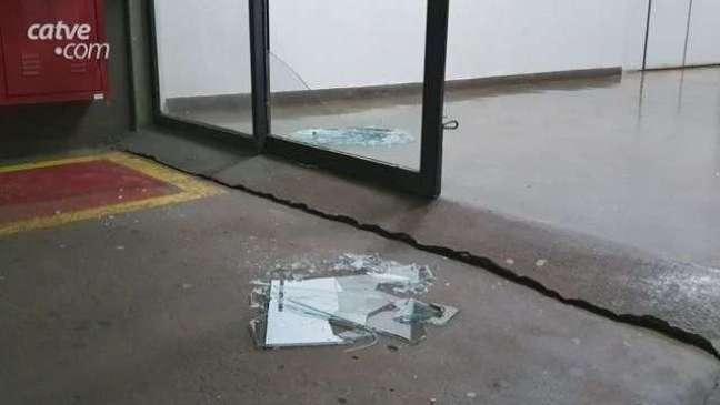 Vândalo quebra vidraça no Terminal Rodoviário de Cascavel