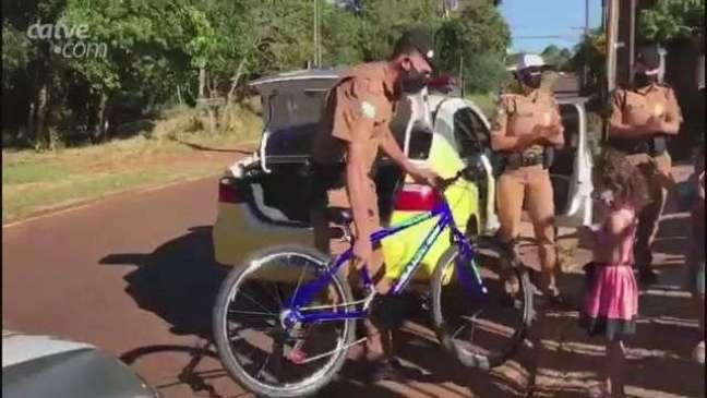 Policiais Militares fazem surpresa em aniversário de criança no Bairro Cataratas