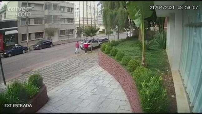 Vídeo mostra momento que dupla rende casal e rouba carro, em Curitiba