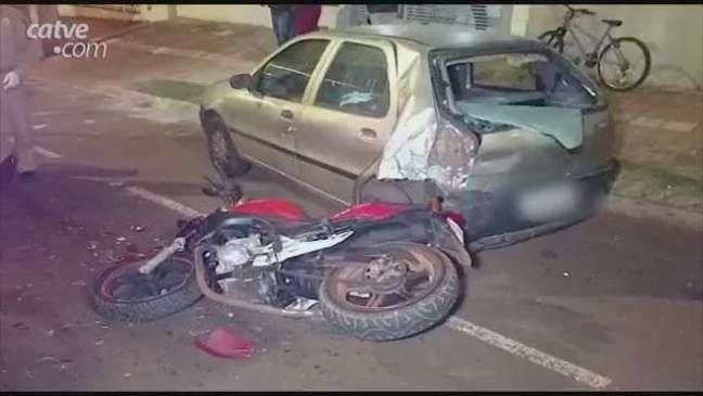 Motociclista fica ferido ao bater na traseira de carro estacionado em Toledo