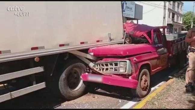 Acidente entre caminhonete e caminhão deixa jovem ferido em Toledo