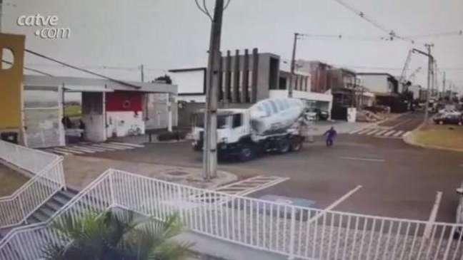 Veja: trabalhador corre atrás de caminhão que caiu em piscina