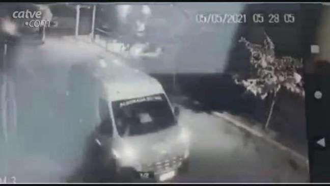 Câmera registra travesti saindo de van da Secretaria de Saúde de Alvorada do Sul