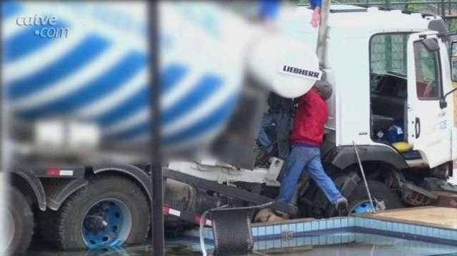 Guincho precisa de reforços para conseguir retirar caminhões da piscina