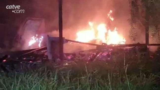 Casa de madeira é destruída por fogo no Bairro Morumbi