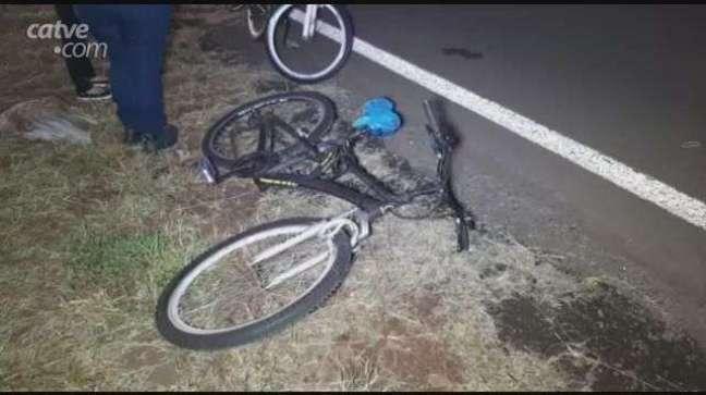 Mulher fica ferida em batida entre carro e bicicleta na marginal da BR 277