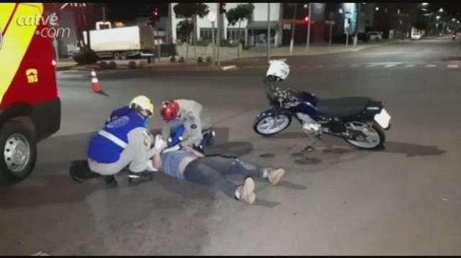 Motociclista fica ferido ao bater na lateral de veículo
