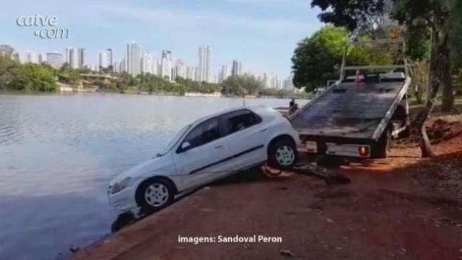 Carro invade o Lago Igapó em Londrina