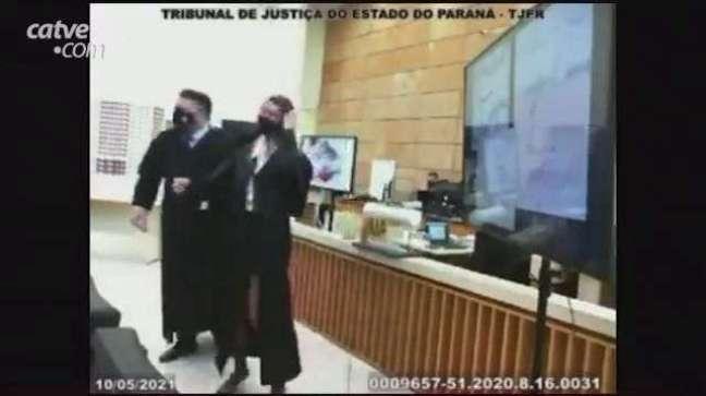 Dalledone aperta e balança pescoço  de advogada em simulação de júri