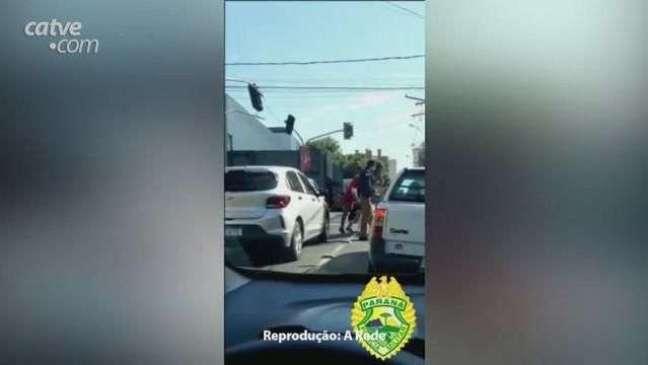 Policial desce do carro, para o trânsito e ajuda idosa