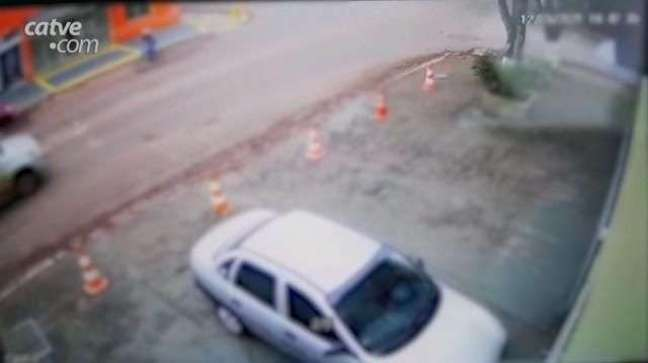 Veja outra câmera que registrou o acidente no Bairro Maria Luiza