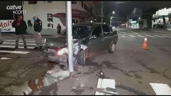 Batida entre carros deixa homem ferido no Centro de Cascavel