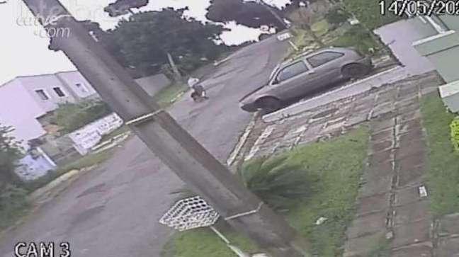 Homem invade casa, grita 'polícia', leva 'mata-leão' de morador e morre