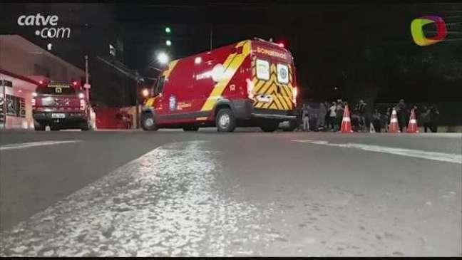 Mulher fica gravemente ferida em acidente entre carro e moto no Bairro Neva
