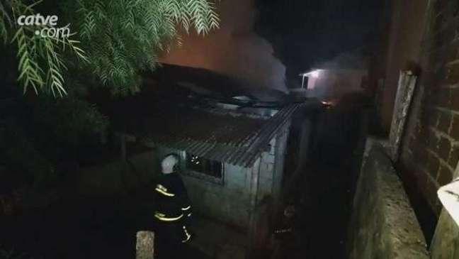 Incêndio consome residência abandonada no Bairro Santa Cruz
