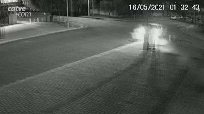 Veja: carro bate e arranca pilar no Bairro Coqueiral em Cascavel