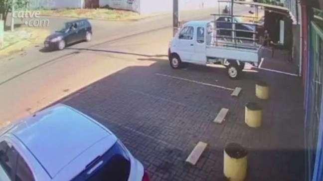 Câmera registra o momento em que motorista do Uno perde o controle do carro
