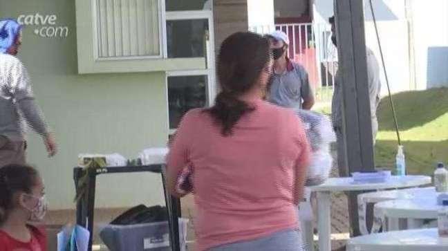 Moradores do Conjunto Riviera recebem kits com produtos de limpeza