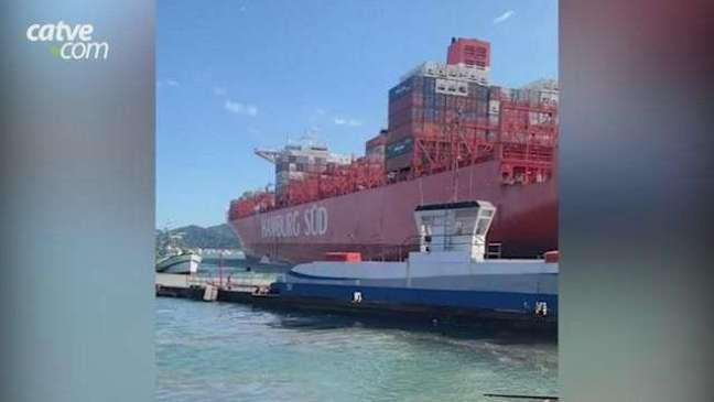 Navio cargueiro bate em píer e tem parte da estrutura danificada