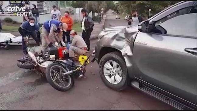 Moto e caminhonete se envolvem em acidente no Centro de Cascavel
