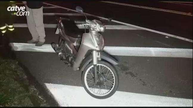 Mulher sofre queda de moto na BR 277 em Cascavel
