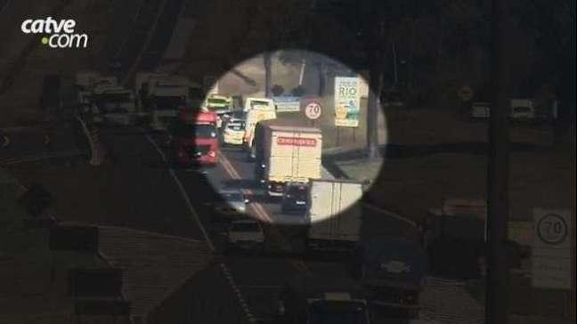 Câmera registra tombamento de carreta na BR 277 em Cascavel