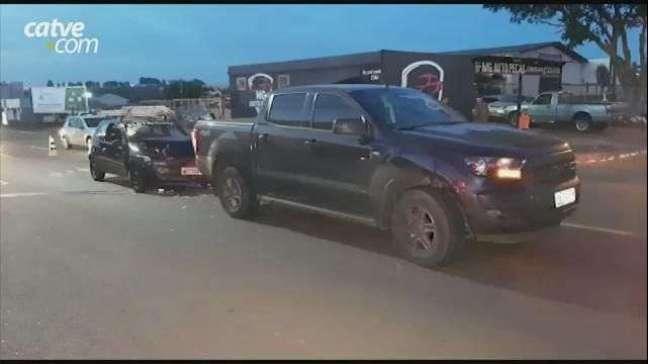 Carros se envolvem em acidente de trânsito no Bairro Claudete