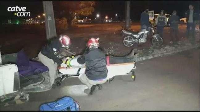 Piloto é ejetado da moto após ser atingido por carro que fugiu do local