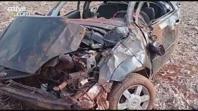 Carro fica destruído em capotamento, na PR 239, em Toledo