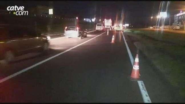 Passageira fica ferida em acidente entre carro e caminhão na BR 277 em Cascavel