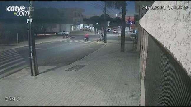 Câmera registra acidente entre carro e moto no Cascavel Velho