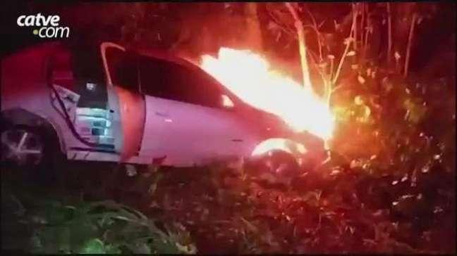 Motorista foge a pé e abandona carro lotado de cigarros paraguaios em chamas