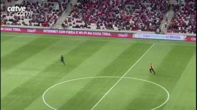 Disfarçado? Polícia Civil diz que invasor em jogo do Athletico é torcedor do Coritiba
