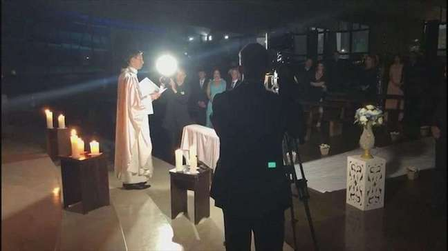 Noivos se casam no escuro na Catedral Nossa Senhora Aparecida